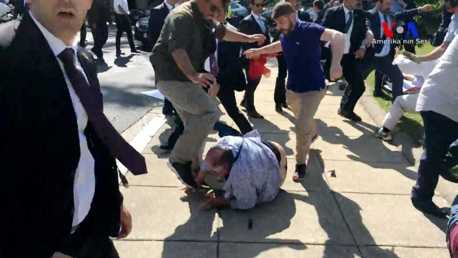 المتظاهرون الكرد الذين هاجمهم حراس أردوغان في العاصمة واشنطن يرفعون دعوى على تركيا