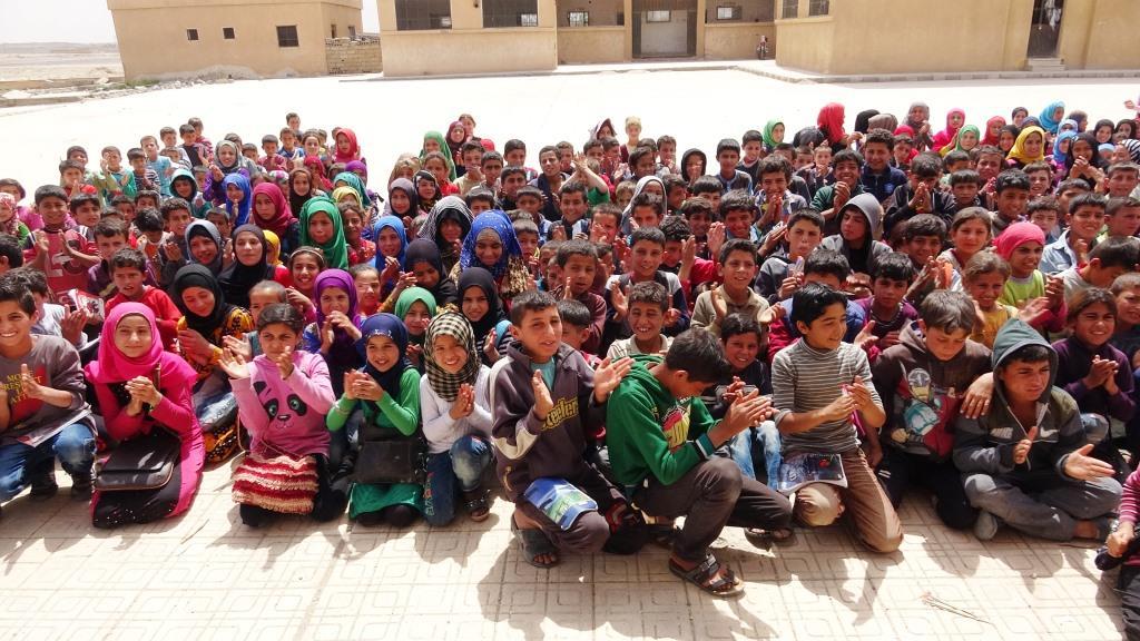 عرض مسرحي وتوزيع هدايا في دير الزور