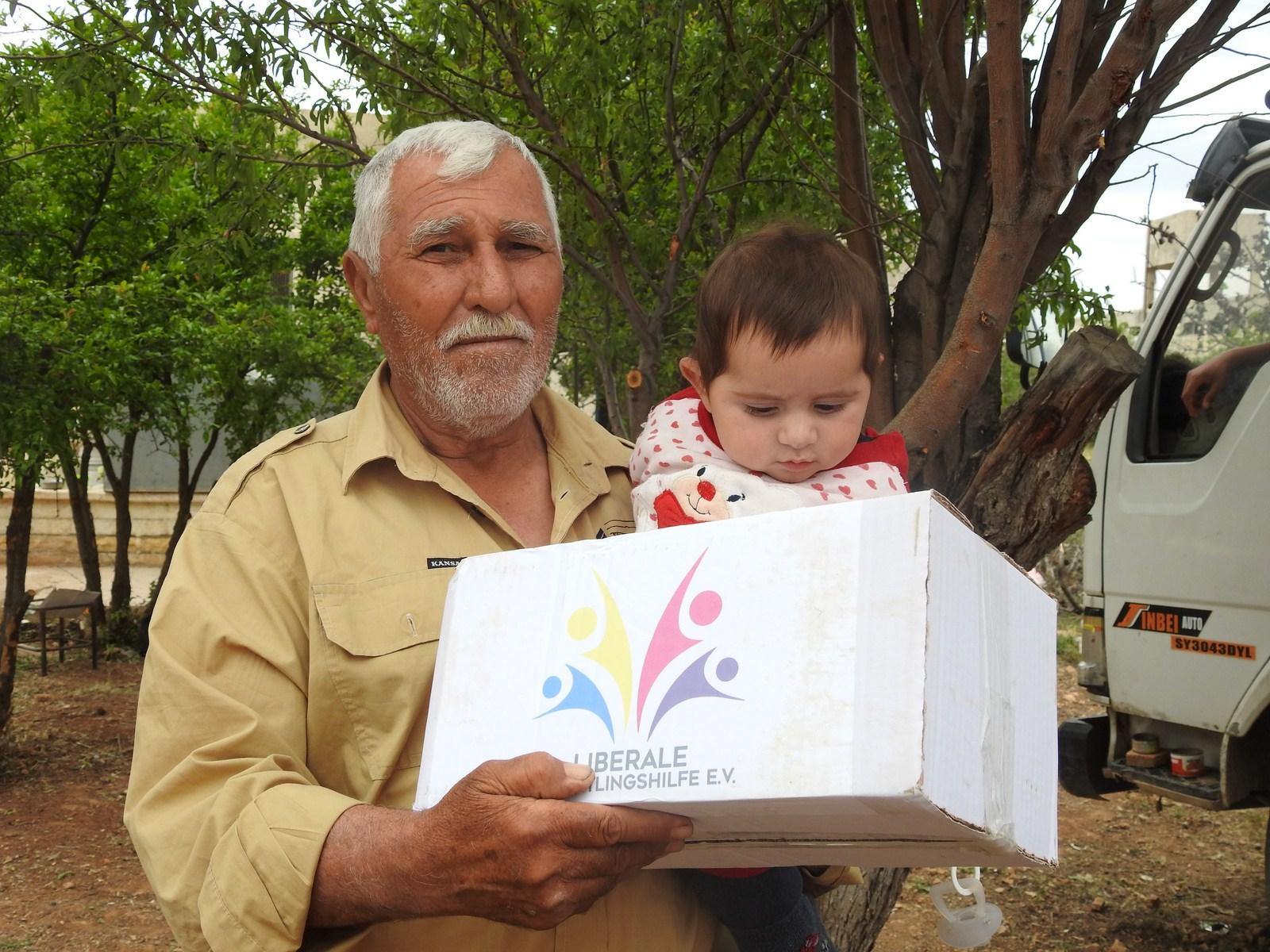الهلال الأحمر الكردي بالتنسيق مع منظمة LIBERALE يوزعون المساعدات على الإيزيديين