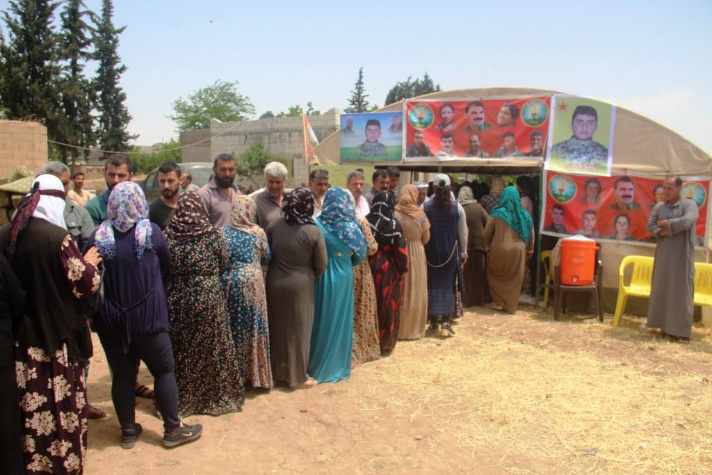 أهالي كوباني يقدمون واجب العزاء لذوي الشهيد ديار خليل