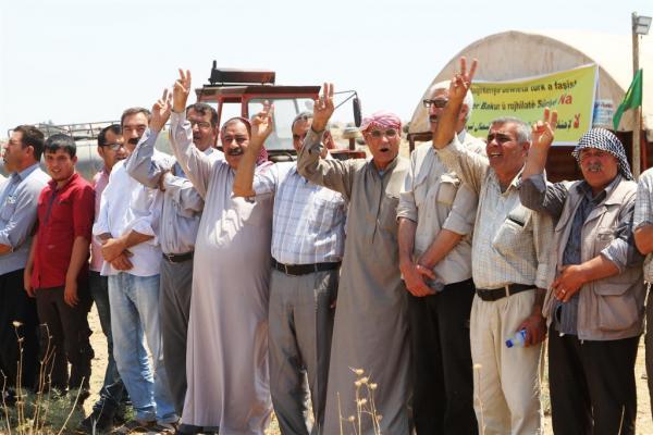 رفضاً للتهديدات.. آلاف السوريين يُشكلون دروعاً بشرية قبالة الحدود التركية