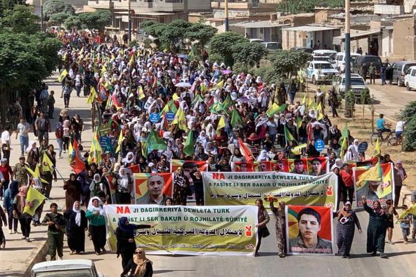 الآلاف في قامشلو يتظاهرون ضد تهديدات تركيا على شمال وشرق سوريا