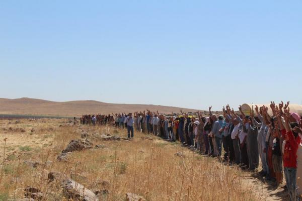 خيم الاعتصام مستمرة والأهالي يؤكدون: سنواصل الوقوف بصدورنا العارية