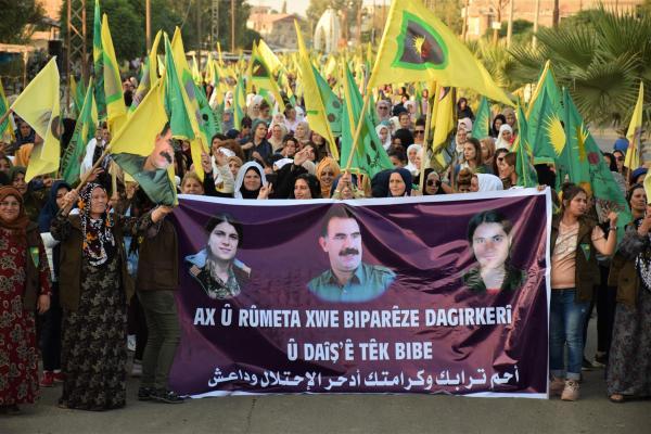 الآلاف من قوات حماية المجتمع يتظاهرون ضد الاحتلال التركي