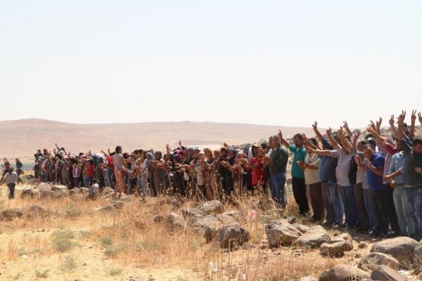 للأسبوع السادس أهالي كوباني يعتصمون على الحدود