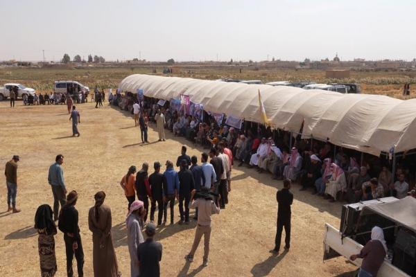 أهالي دير الزور في خيمة الاعتصام يؤكدون على المقاومة ورفض الاحتلال