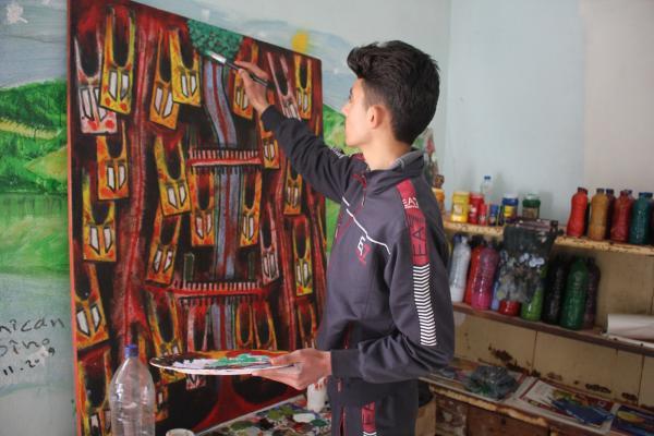 ينمّي موهبته بجهوده الذاتية ويسعى أن تكون لوحاته صوت مقاومة عفرين