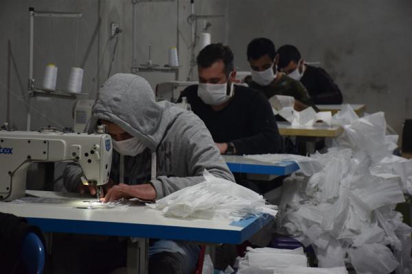 ورشة قصبيان تواصل مبادرتها الإنسانية بصنع 20 ألف كمامة