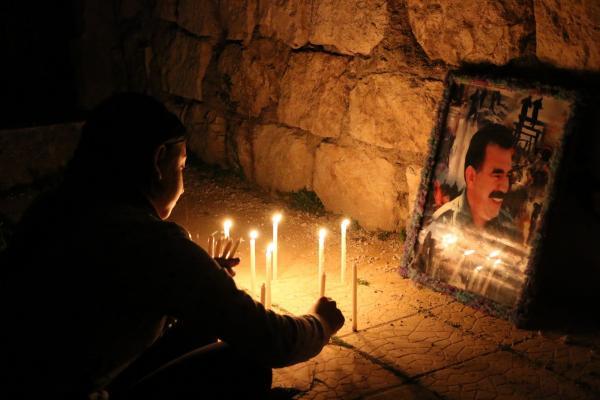 أهالي حلب يشعلون الشموع احتفالاً بميلاد أوجلان