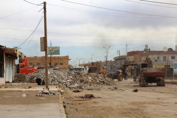 بلدية الشدادي تزيل الأنقاض والركام من الناحية