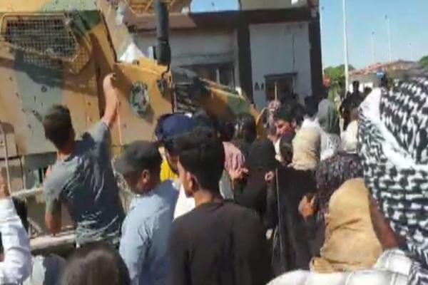 بالفيديو... توسع المظاهرات في كري سبي والأهالي يهاجمون مدرعات الاحتلال التركي