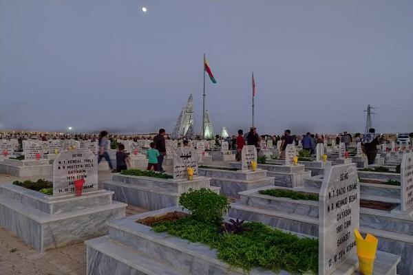 أهالي كوباني يستذكرون شهداء شهر حزيران بإيقاد الشموع على أضرحتهم