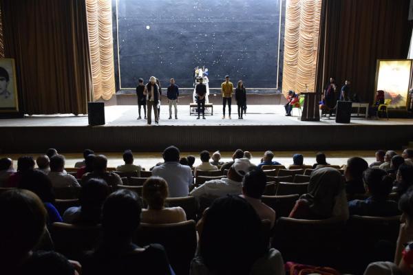 معرضٌ فنّيٌّ وعرضٌ مسرحيٌّ على مسرحِ آرام تيكران في كركي لكي