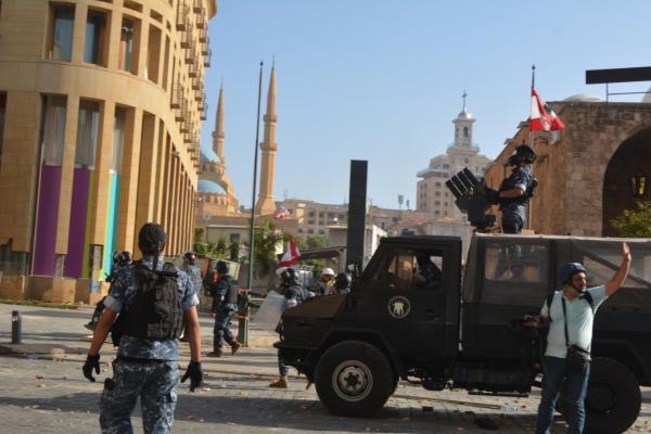 عشرات الإصابات جراء مواجهات بين متظاهرين والجيش اللبناني وسط بيروت