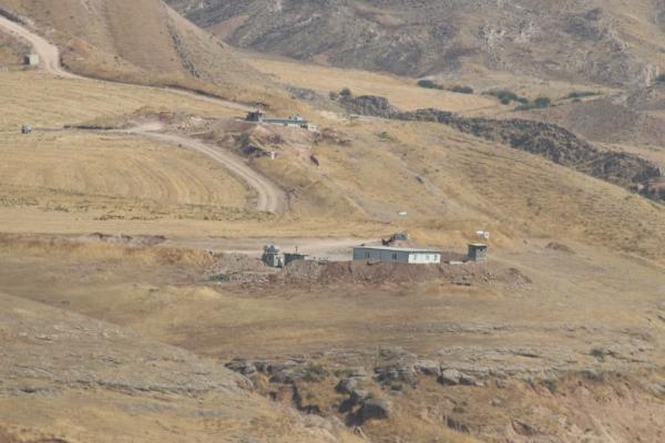 الحزب الديمقراطي يستقدم أسلحة ثقيلة وينشئ تحصينات عسكرية على حدود روج آفا