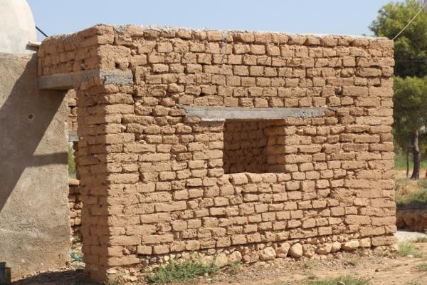 بناء المنازل بالطوب المصنوع من اللبن.. طريقة قديمة ما تزال حاضرة في الريف