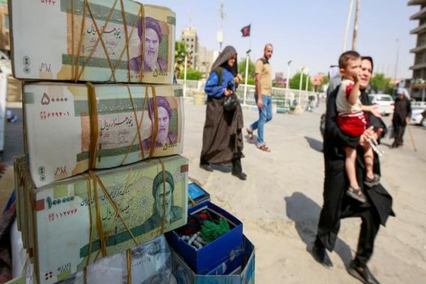 الريال الإيراني يسجل أدنى انخفاض له بعد إعادة العقوبات