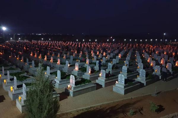 بإشعال الشّموع على الأضرحة استذكار شهداء تشرين الأول في كوباني
