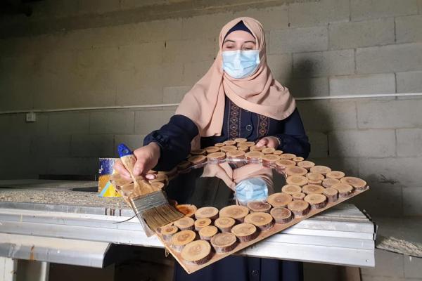 لتجاوز البطالة.. سيدة فلسطينية تقفز عن نمطية المجتمع وتمتهن النجارة