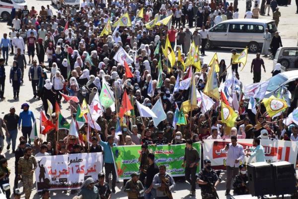 المئات من أهالي الرقة يستنكرون استخدام تركيا الأسلحة المحرّمة دولياً ضد مناطق الدفاع المشروع