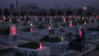 أهالي إقليم الفرات وقامشلو يشعلون الشموع على أضرحة الشهداء في ليلة النوروز