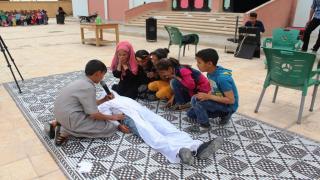 أطفال مدرسة حزيمة يعرضون مسرحية
