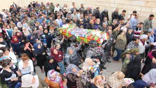 الآلاف يشيعون جثمان الشهيد آركش عضو قوات HAT
