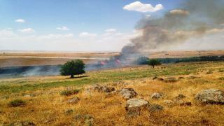 جنود الاحتلال التركي يضرمون النيران بأراضي قرية كيل حسناك