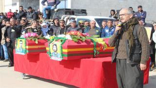 الآلاف من أهالي روج آفا يودعون جثماني الشهيدين خبات وشاهين إلى باشور