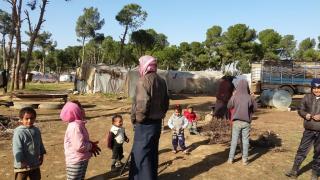 معاناة نازحي مخيم يعرب بالرقة يضاعفها البرد