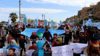 المئات من شبيبة الطبقة ينتفضون بوجه الاحتلال التركي