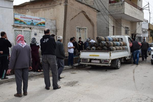 To prevent gatherings, Crisis Cell decides to deliver gas cylinders and bread to homes