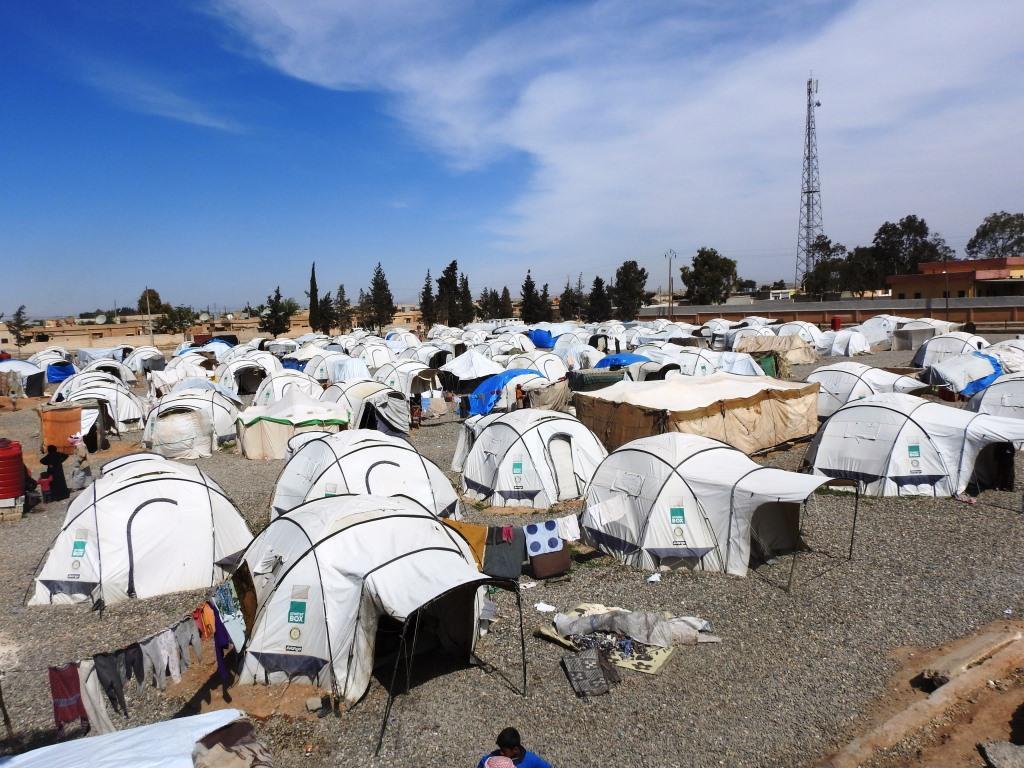 Refugiados de los campamentos de Al-Raqqa se quejan de la falta de ayuda.