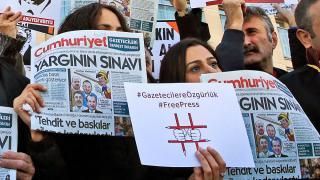 Tribunal turco encarceló a 13 trabajadores en el periódico Cumhuriyet