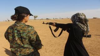Chicas de al-Tabqa practicando disparos, dicen