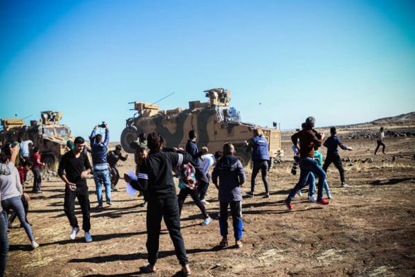 Con piedras y zapatos viejos, los residentes recibieron la patrulla turco-rusa