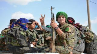 Luchadores YPJ de Tempestad de al-Jazeera liberan a mujeres árabes de la opresión