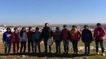 Дети Африна поют об испытаниях, выпавших на долю их города, а также о международном заговоре против Оджалана